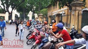 Chùm ảnh phụ huynh ngóng chờ con tại các điểm thi chiều 22/6