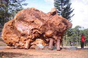Tảng đá 'lạ' nặng 20 tấn có đường vân thu hút nhãn quan, hạt óng ánh