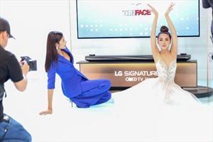 The Face tập 11: Hoàng Thuỳ chọn sắc xanh đầy cá tính, lăn lộn cùng thí sinh