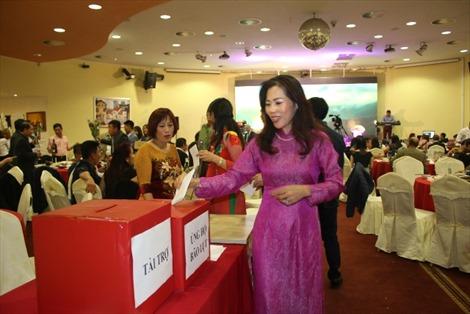 Phụ nữ Việt ở Séc dành quà tặng 20/10 ủng hộ đồng bào miền Trung