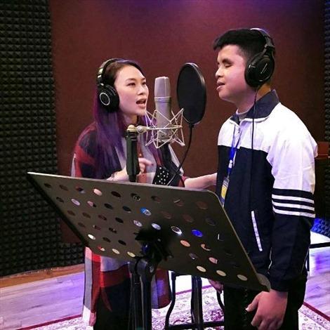 Mỹ Tâm và cậu bé khiếm thị thu album 'Sầu tím thiệp hồng'
