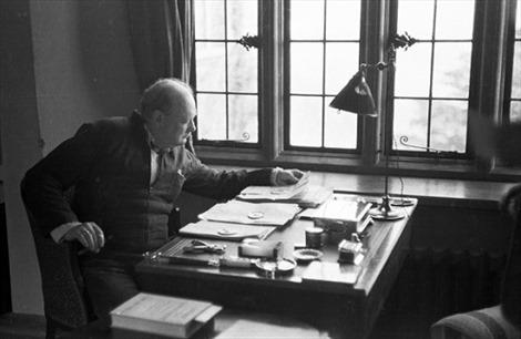 Cựu Thủ tướng Anh Churchill nói gì về sự sống ngoài Trái đất?
