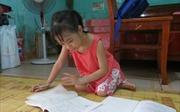 Cô bé khuyết tật viết chữ đẹp ước mơ trở thành bác sĩ