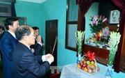 Đồng chí Nguyễn Sinh Hùng dâng hương, tưởng nhớ Bác Hồ tại nhà 67