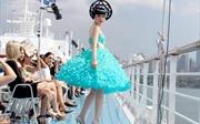 Người mẫu gốc Việt biến tàu khổng lồ thành sàn diễn Sydney