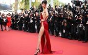 """Ống kính Cannes đổ dồn về """"quả bom màu đỏ"""" Bella Hadid"""