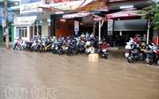 Mưa dông gây ngập phố ở Kon Tum