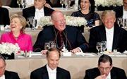 """Ngồi cùng bàn tiệc, bà Clinton, ông Trump chọc nhau cười """"phớ lớ"""""""