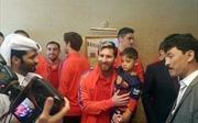 """""""Cậu bé áo túi nilon"""" vỡ òa khi gặp mặt Messi"""