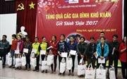 Trao 100 suất quà Tết cho các hộ nghèo huyện Đông Anh