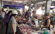 Giá lợn hơi giảm mạnh, người tiêu dùng vẫn phải mua thịt giá cao