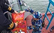 Mang Tết rộn ràng tới cho các chiến sĩ Cảng vụ Vạn Hoa