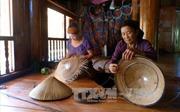 Độc đáo nghề đan nón lá của đồng bào dân tộc Tày