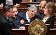 Thống đốc bang Minnesota đột quỵ khi đang phát biểu