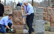 Phó Tổng thống Mỹ dọn dẹp nghĩa trang Do thái bị phá phách