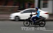 Đi xe máy bằng một tay có bị xử phạt?