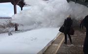 Mỹ: Liều mình xem tảu hoả hừng hực lao đến 'tung bom tuyết', hành khách lĩnh đủ