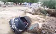 Liều mình vượt dòng nước lũ, lái xe ô tô nhận quả đắng