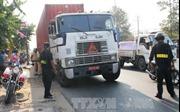 Hai xe container đeo 'biển đỏ' giả để chở hàng quá tải