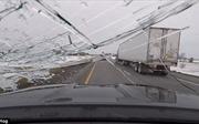Tài xế suýt lìa đời vì băng tuyết văng vào kính chắn gió ô tô