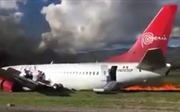 Máy bay chở 141 người bốc cháy, hành khách hốt hoảng thoát thân