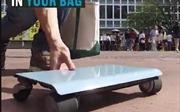 Bất ngờ với ô tô nhỏ nhất thế giới có thể đút vừa túi xách