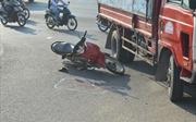 Va chạm với xe máy, xe tải lật ngang đường, 2 người nhập viện