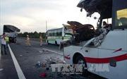 Tiền Giang: Xe khách vỡ vụn đầu khi tông vào đuôi xe tải, hai người thiệt mạng
