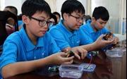 Học sinh tiểu học hớn hở học lắp ráp máy ghi âm