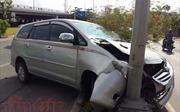 Bốn ô tô bị tai nạn liên hoàn, xe Toyota toác đầu vì lao trúng cột đèn