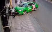 Xem clip tài xế taxi tông xe 'hạ gục' tên cướp