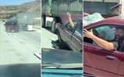 Kéo lê ô tô mấy cây số, tài xế xe tải vẫn 'hồn nhiên' không hay biết