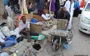 Kỳ lạ 'đất nước thừa tiền' dân cho lên xe cút kít mang ra chợ bán