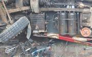 Hà Tĩnh: Xe tải lật nghiêng đè xe máy, 2 người tử vong tại chỗ
