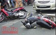 Ô tô bảy chỗ tông liên hoàn 3 xe máy khiến 1 người chết, 5 người bị thương