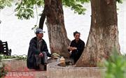 Người dân Hà Nội  co ro trong cái lạnh giữa mùa hè
