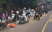 Xe tải chở cám đâm vách đá khiến 2 người tử vong, dân lao vào 'hôi của'