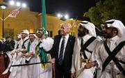Thăm Saudi Arabia, Tổng thống Trump múa gươm tại Điện Murabba