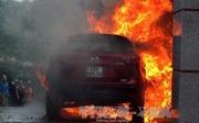 Đỗ cạnh đống rác vừa đốt, ô tô Mazda CX5 bị thiêu trong lửa