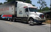 Học sinh lớp 8 đi xe máy bị xe container đâm tử vong tại chỗ