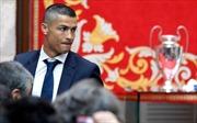 Cristiano Ronaldo 'xuống tóc' mừng mùa giải thành công