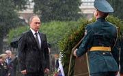 Tổng thống Nga Putin tưởng niệm Chiến sỹ Vô danh dưới mưa tầm tã