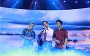 Chế Linh phiêu cùng hai con trai trên sân khấu