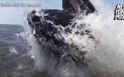 Cá voi khổng lồ nhảy lên 'dọa' khách đi tàu