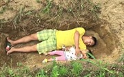 Cảm động người cha đào huyệt, cùng con bệnh nặng 'tập' nằm mộ