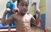 Bé 7 tuổi khoe cơ bụng 6 múi, cơ bắp cuồn cuộn