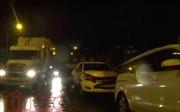 Xe ben húc văng 3 xe ô tô đang dừng chờ đèn tín hiệu giao thông