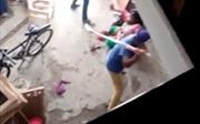 Em chồng gọi đồng bọn đến đánh đập chị dâu vì sinh bé gái