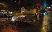 Ô tô húc hai xe máy dừng đèn đỏ, một người nhập viện