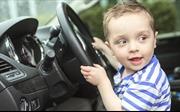 Bé trai 5 tuổi rủ em 2 tuổi lái xe ô tô chạy liền 5km trên đường